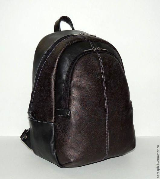 Рюкзак сшит из красивой плотной кожи с цветочным узором. Чтобы рисунка не было много в качестве отделки использовалась черная гладкая кожа.