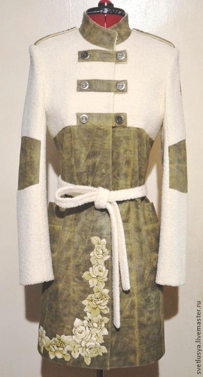 Верхняя одежда ручной работы. Это стильное пальто `милитари` отлично подчеркнет женственность и элегантность, его обладательницы. Оно подойдет для девушки следящей за модными новостями, которая любит наряды, придающие индивидуальность ее образу.