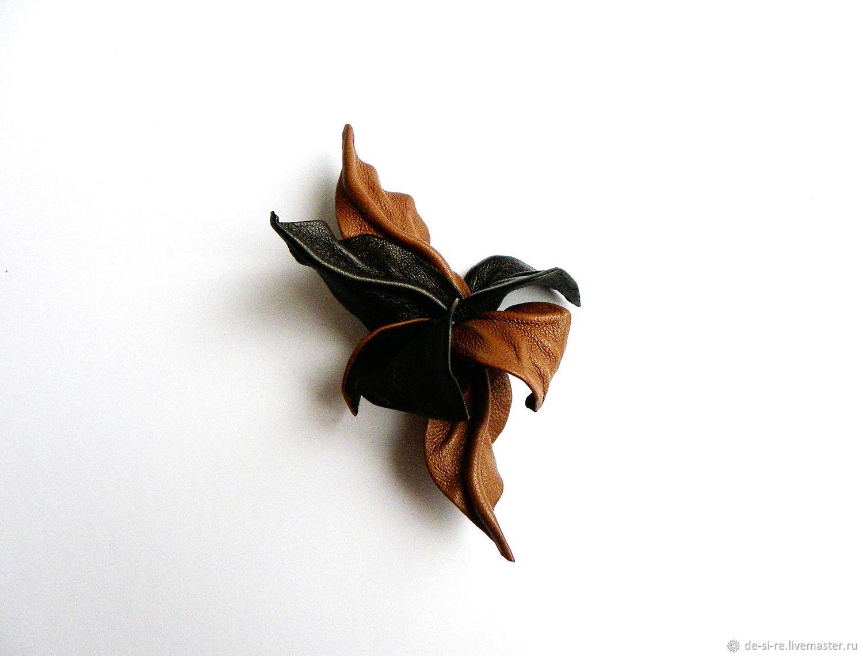 Маленькая брошь из кожи цветок `Дрезден` коричневая рыжая. Цветок брошь украшение на верхнюю одежду. На шубу, пальто, куртку, костюм, платье, пиджак, жакет, свитер. Брошь на лацкан, шляпу, сумку, пояс