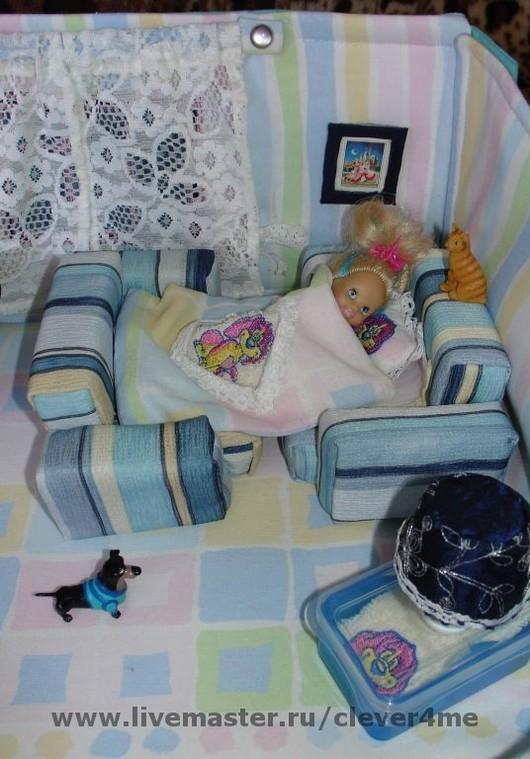 Если кресла развернуть друг к другу и постелить белье, то получится уютная кроватка. Постельное белье украшено кружевом и вышивкой.