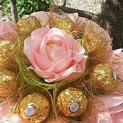 Цветы и флористика ручной работы. Ярмарка Мастеров - ручная работа Розы в букете из конфет. Handmade.