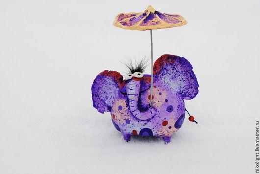 Слоник под зонтиком. Статуэтка из папье-маше. Автор Николай Попов.
