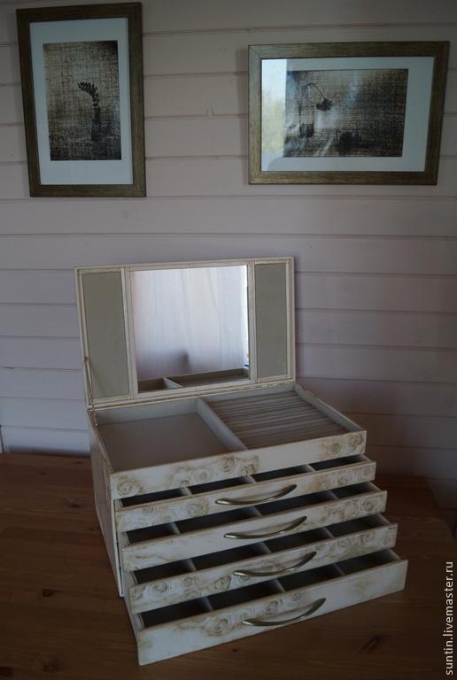 комодик крем-брюле  4 выдвижных ящика и один верхний под крышкой.