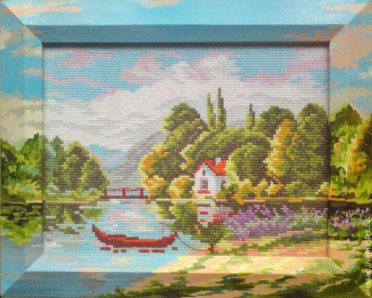 расписанный маслом деревянный багет рамы вышитой картины. Рама представляет собой продолжение сюжета полотна.