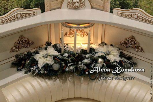 Новогодняя композиция со свечами, искусственными цветами. Праздничная, вытянутой формы композиция из живой хвои (нобилис) создаст праздничную атмосферу и настроение в Вашем доме! Аромат корицы и хвои будет напоминать Вам, что главный праздник года уже совсем близко!) Эта композиция подойдет как для украшения интерьера, так и для украшения новогоднего стола!)