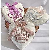 Для дома и интерьера ручной работы. Ярмарка Мастеров - ручная работа Сердечки Короны Винтажные вышивка крестом подвески на елку текстильны. Handmade.