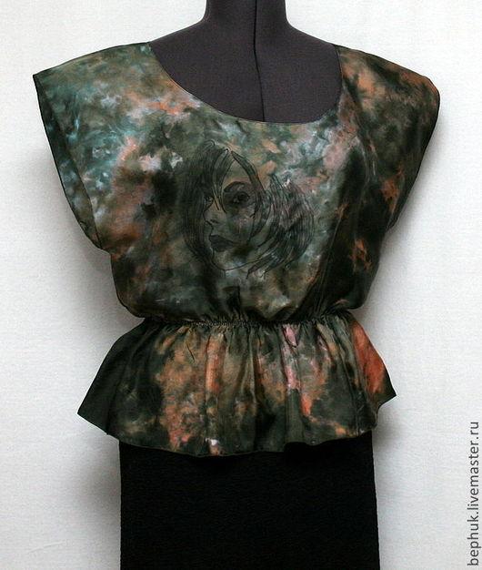 Профиль девушки придает блузке интересный характер.