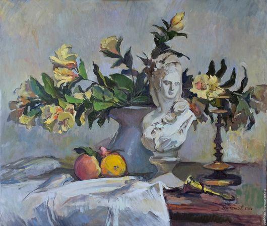 Картина цветов. Картина написана маслом. Картина с гипсовым бюстом девушки. Картина написана в интерьере . На столе стоит букет жёлтых цветов в вазе, бронзовый подсвечник и гипсовый бюст девушки.