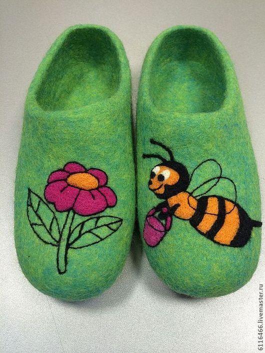 Обувь ручной работы. Ярмарка Мастеров - ручная работа. Купить домашние валяные тапочки из натуральной шерсти Пчелка Трудяга. Handmade.