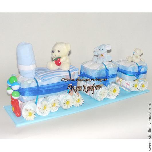 Торт из памперсов заказать. Подарки для новорожденных. Паровозик из памперсов. Паровоз из детских подгузников.