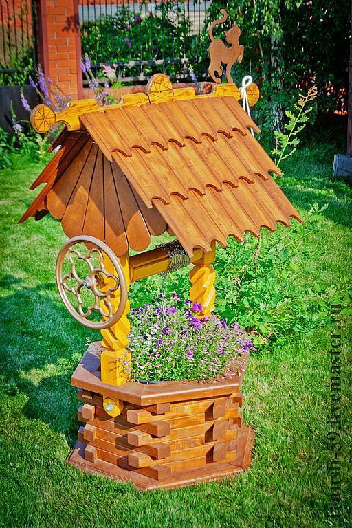 Декоративный колодец на даче из дерева