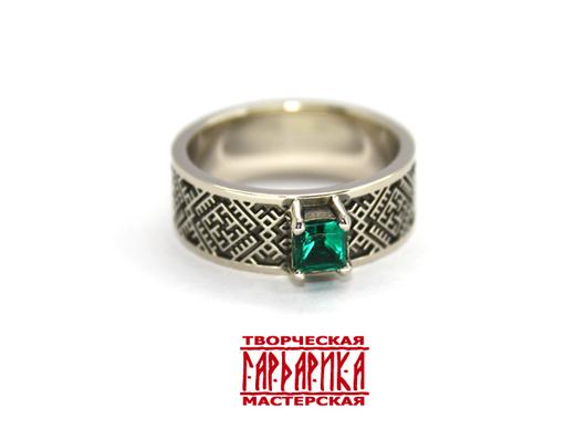 Женский перстень с изумрудом и обережными символами славян