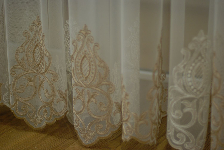 Тюль в зал с вышивкой
