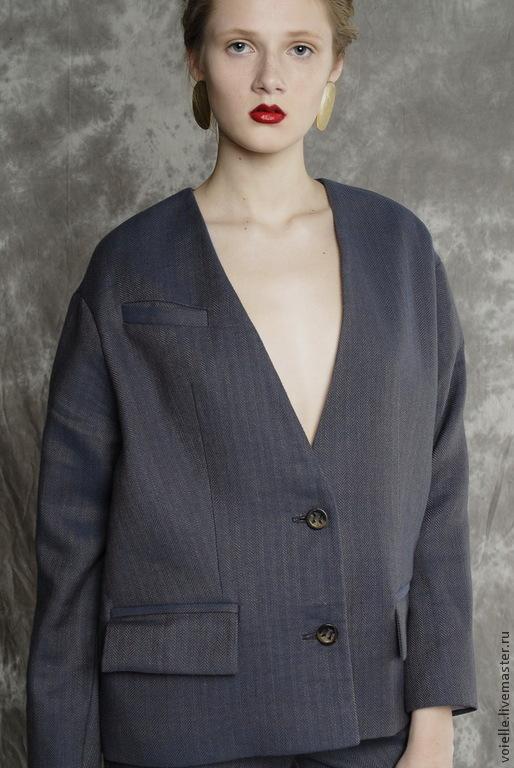 Деловой серый женский костюм