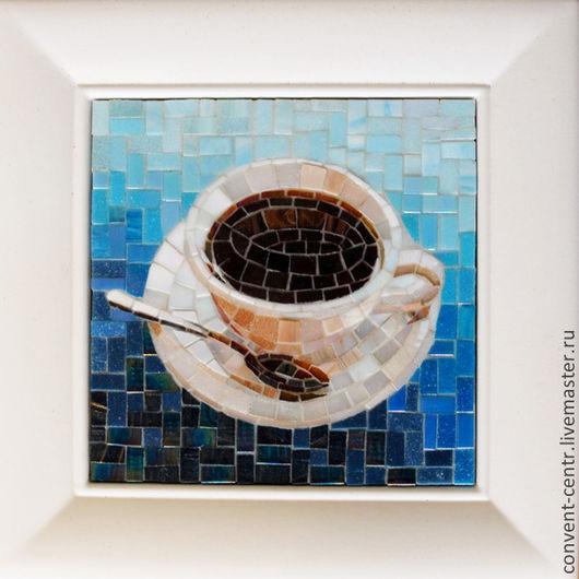 Чашка с кофе на голубом фоне, панно из мозаики