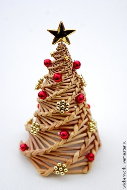 Новый год 2017 ручной работы. Ярмарка Мастеров - ручная работа. Купить Новогодняя елка плетеная из лозы с пластмассовыми игрушками. Handmade.