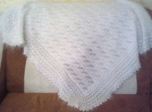 Белый ажурный пуховый платок ручной работы.Коймы ажурные вязанные одним полотном с платком(  отдельно вязанные коймы только при машинной вязке). Мягкий, теплый,легкий,нежный, пушистый.Пуховый платок н