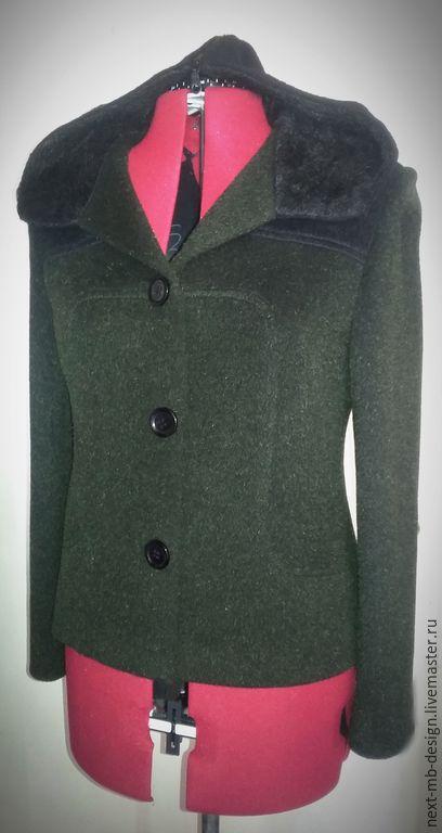 Пальто ручной работы. Короткое полупальто тёмно-зелёного цвета с воротником-капюшоном и кокетками чёрного цвета. На подкладке из вискозы.
