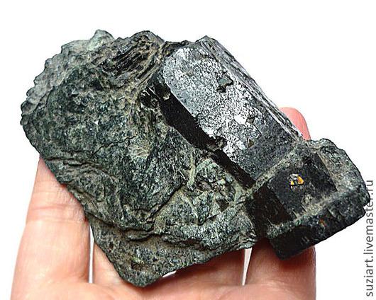 Коллекционный вариант кристалла шерла в породе с мелкими кристалликами магнетита Цена-2.200 Размер-107х73мм Вес-133кт.
