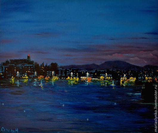 Вечерние огни города у моря.