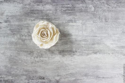 """Броши ручной работы. Ярмарка Мастеров - ручная работа. Купить Белая войлочная брошь """"Роза"""". Handmade. Брошь цветок, кремовый"""