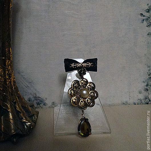 Длинная брошь ручной работы в викторианском стиле с жемчужиной и каплей раухтопаза.