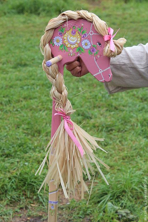 Деревянная лошадка. Для настоящего наездника или наездника! Сделана на заказ известным мастером традиционных деревянных игрушек.Цокает в умелых руках ( внизу лошадки есть трещетка с двумя колесиками,