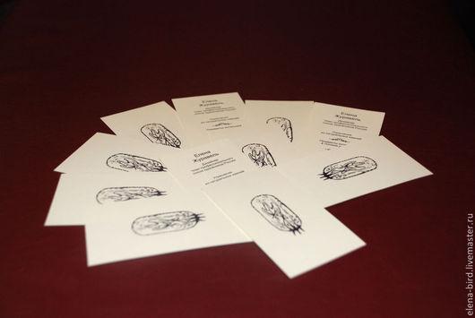 Эту двухстороннюю визитку я изготовила для себя. Она выполнена в лаконичной стиле. На одной стороне - логотип-буквица, а на другой контактные данные. Визитка сделана на дизайнерской бумаге цвета слоновой кости.