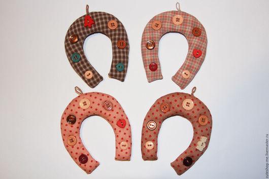 """Новый год 2017 ручной работы. Ярмарка Мастеров - ручная работа. Купить """"Подкова на счастье"""" из ткани для пэчворка. Handmade. Игрушка, horseshoe"""