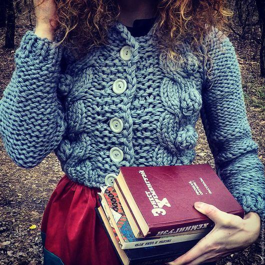 Женский вязаный свитер с косами и шишечками