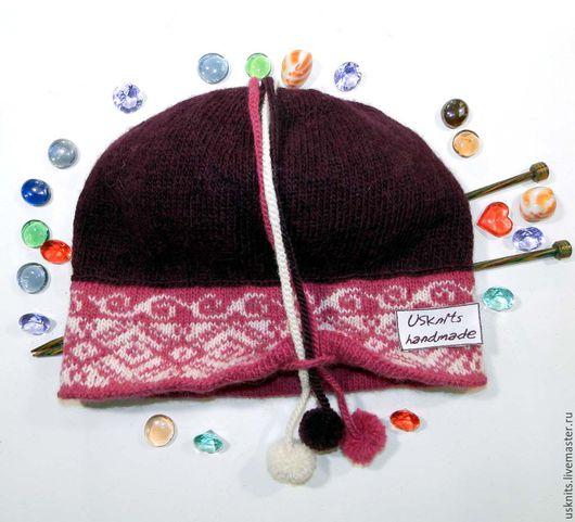 Вязаная теплая шляпка-клош с маленькими полями и помпонами связана из немецкой пряжи, которая состоит из 50 % шерсти альпаки и 50% шерсти овец из Анд.