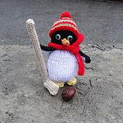 Куклы и игрушки ручной работы. Ярмарка Мастеров - ручная работа Вязаная елочная игрушка Пингвин-хоккеист. Handmade.
