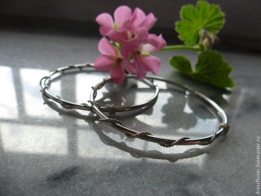 Серебряные серьги-кольца, обвитые тонкой скрученной проволокой. Ручная работа.