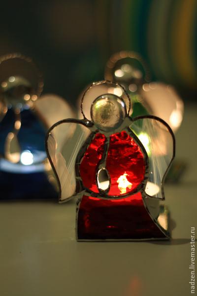 Небольшой подсвечник для чайной свечи из цветного фактурного стекла в технике Тиффани.