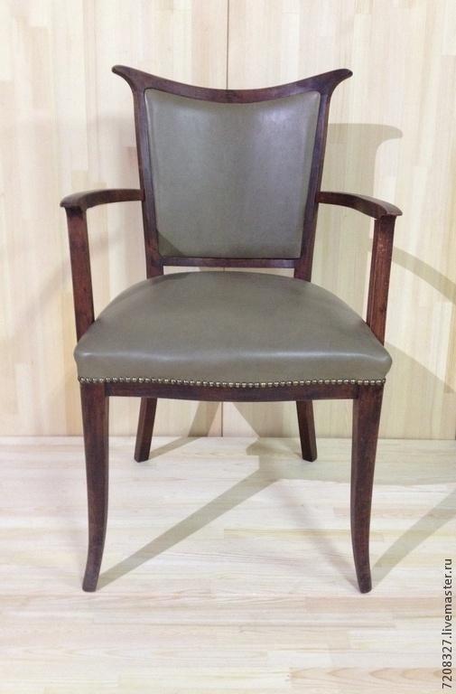 Дубовое кресло, обтянутое натуральной кожей и декорированное металлическими мебельными кнопками. Невероятно удобное - оно станет поистине любимым предметом мебели. При заказе уточняйте цвет кожи, возможно его изменение в случае отсутствия  цвета образца.