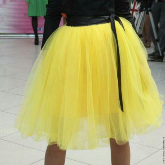 Пышная юбка из мягкого фатина лимонного цвета не оставит равнодушных девушек, которые хотят выделиться на выпускном или другом ярком мероприятии! Пояс в комплект не входит.