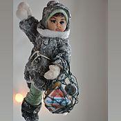 Мини фигурки и статуэтки ручной работы. Ярмарка Мастеров - ручная работа Мини фигурки и статуэтки: подвесная ватная игрушка Алла с авоськой. Handmade.