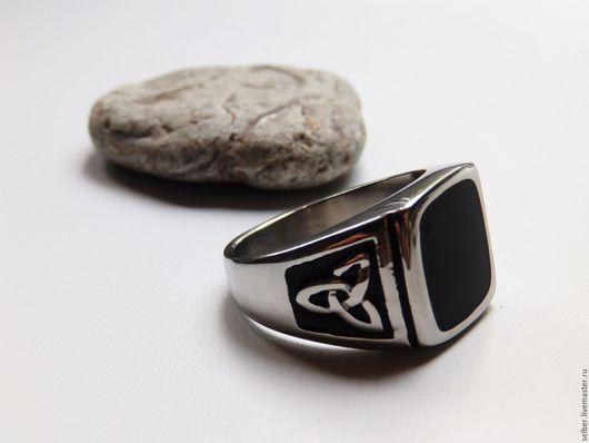 Кольца ручной работы. Ярмарка Мастеров - ручная работа. Купить Мужское кольцо (перстень печатка) 22 р-р Трискел (сталь, эмаль). Handmade.