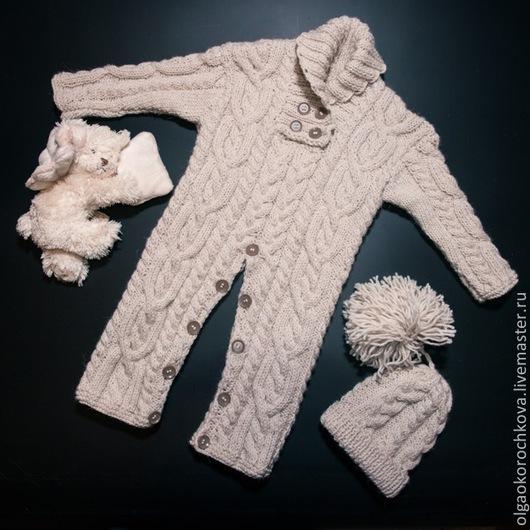 Уютный и комфортный вязаный комбинезон для малышей до года. Комбинезон позволяет малышу всегда выглядеть очень аккуратно и не сковывают движений.