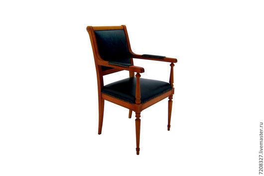Классический стул с мягким сиденьем, спинкой из натурального дерева, обитый натуральной кожей.