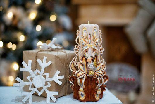 Резная свеча средняя `Золотой барашек`.  Свечи - обязательный атрибут новогодней ночи. Их свет заставляет нас забыть о неурядицах и помогает настроиться на самое хорошее в грядущем году.