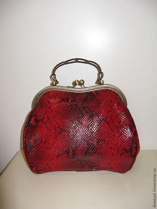 Женские сумки ручной работы. Ярмарка Мастеров - ручная работа. Купить Бочонок красный из замши под змею. Handmade.