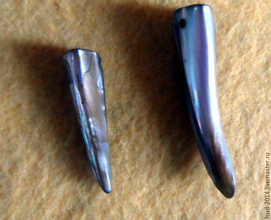 Бусина в форме клыка из натурального природного перламутра с отверстиями для нанизывания на нить.Может быть использована для сборки колье, браслетов и других украшений.