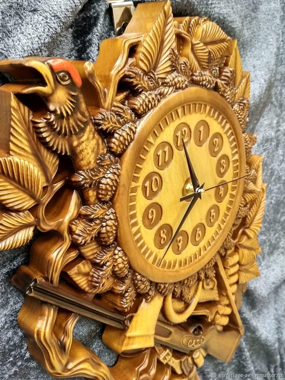 фото оригинальных резных часов представляет