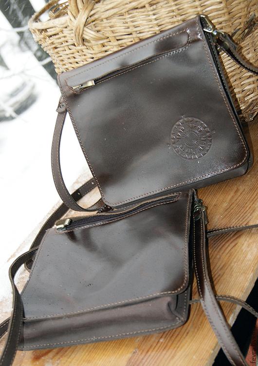 Клапан сумочки может быть гладким или с тиснением. Сумочка с тиснением и магнитными кнопками стоит 4500.