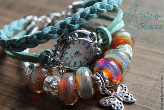 Часы авторские от NBotezat. Часы браслетна шнурах женские кварцевые наручные с бусинами авторского стекла. Часы браслет лэмпворк lampwork. лемпворк  с авторским стеклом. Подарок женщине девушке купить