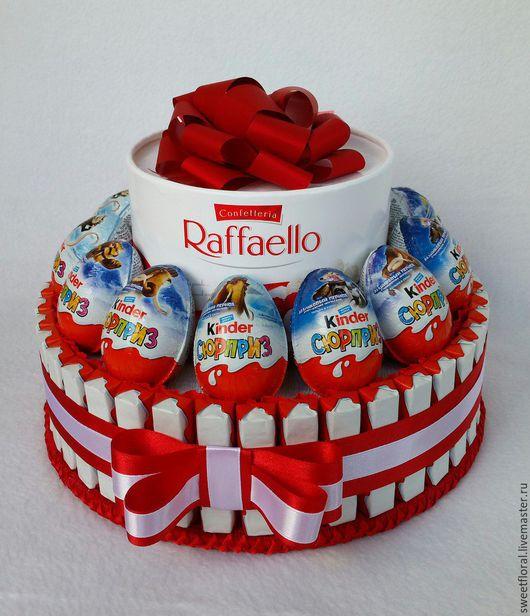 Букеты ручной работы. Ярмарка Мастеров - ручная работа. Купить Торт из киндер-шоколада с конфетами Рафаэлло подарок. Handmade. Комбинированный