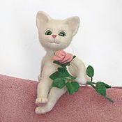 Куклы и игрушки ручной работы. Ярмарка Мастеров - ручная работа Кошка с розой. Валяная игрушка из шерсти. Handmade.