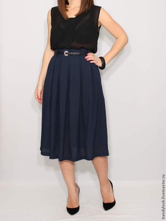 Темно синяя юбка ниже колена