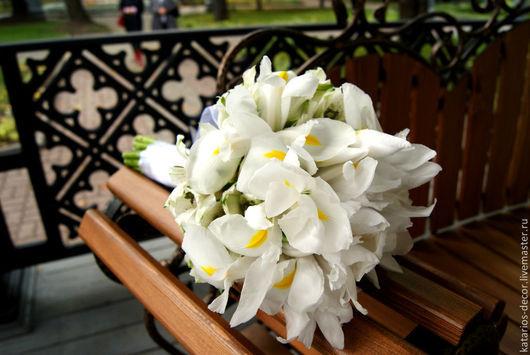 Изысканный букет из белоснежных ирисов и альстромерий, декорированный лентой для ценящей вкус и изящность невесты 2800 руб
